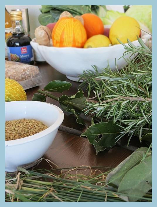 Erbe aromatiche, spezie, frutta e verdura, gli ingredienti usati per cucinare